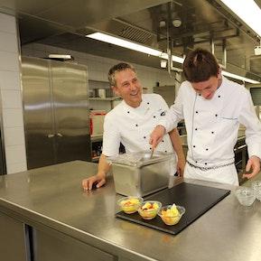 Man nehme: Geschmacksinn, Kreativität und Liebe zu Lebensmitteln = Koch EFZ