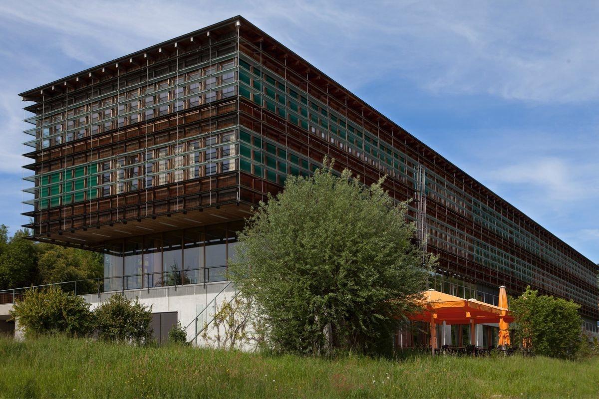 Das Bildungszentrum Wald in Lyss von aussen - das Büro von Codoc ist im 2. Stock
