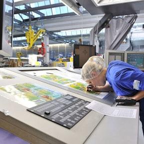 Drucktechnologin bei der Arbeit