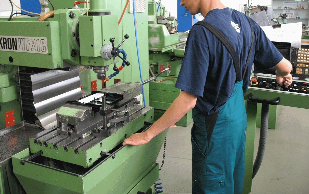 Polymechaniker bei der Arbeit